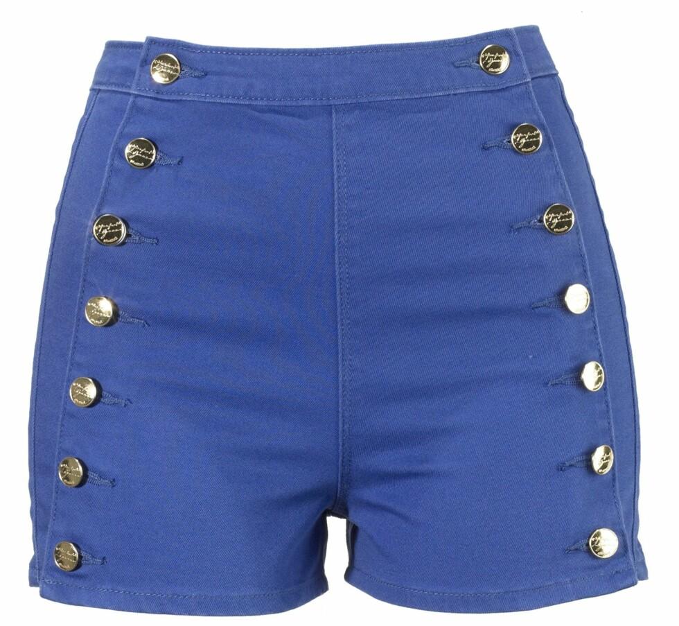 Marineblå shorts med tøffe knapper (kr 250, Gina Tricot). Foto: Produsenten