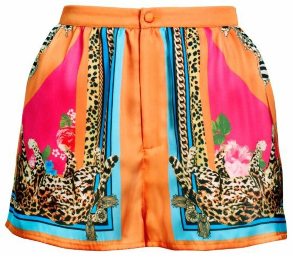 Eksotisk shorts med dyreprint fra Versace-kolleksjonen (kr 150, H&M) Foto: Produsenten