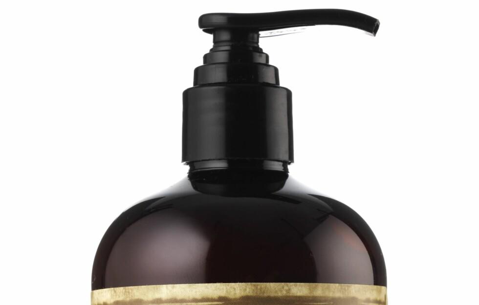 PRAKTISK PUMPE: Flaskas pumpemekanisme gjør det superenkelt å få riktig mengde produkt, så vet du at håret blir rent uten at du sløser bort de dyrebare dråpene.  Foto: Produsenten