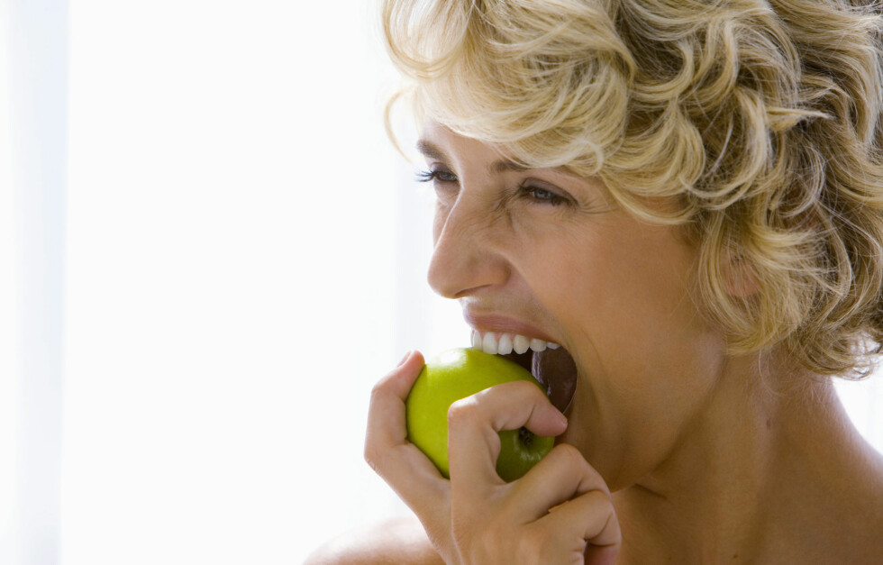 <strong>KNASK I VEI:</strong> Mye tyder på at du blir mettere av mat du må tygge mer, så sørg for å ha epler i hus.  Foto: Thinkstock