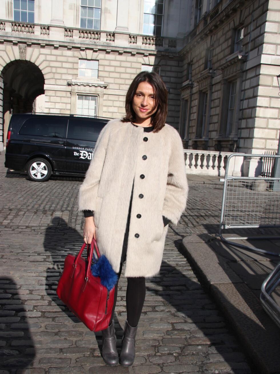 Saviana (31)har på seg jakke fra MSGM, kjole fra Acne og sko fra Prada.  Foto: Tone Ra Pedersen