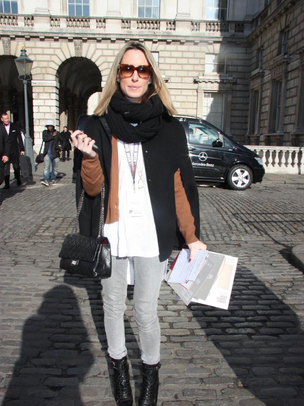 Fiona Patterson (31)har på seg kape fra Joseph, bukser fra Twenty8twelve, overdel fra Topshop, boots fra Burberry og veske fra Chanel Foto: Tone Ra Pedersen