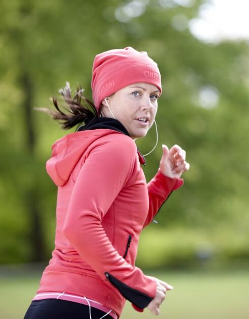 SUPER KOMBO: En joggetur ute med godmusikk på øret - tre fluer i ett smekk! Og etterpå spiser du sjokolade :-) Foto: Colourbox