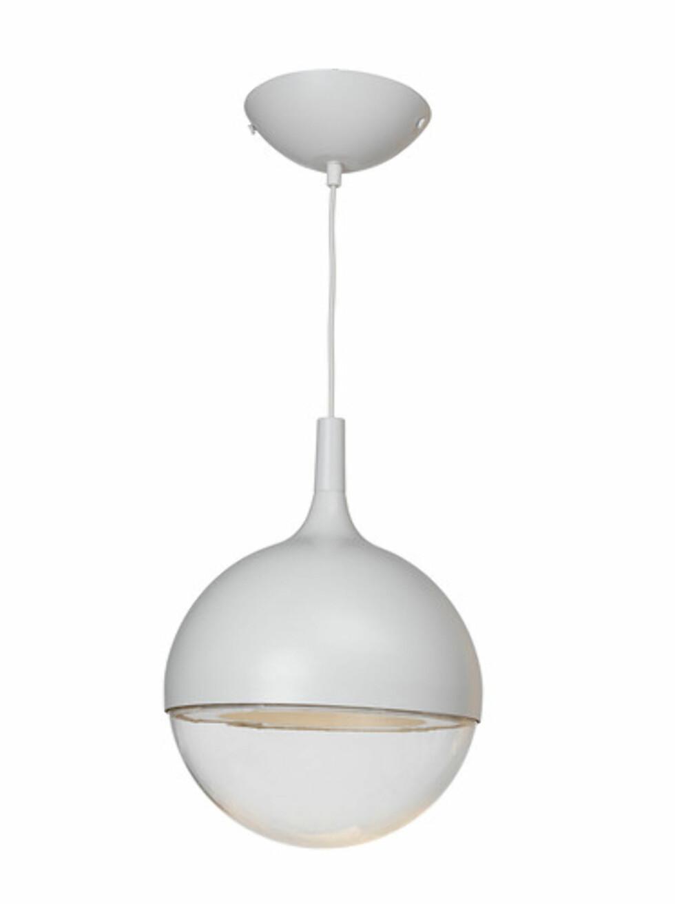 VÄSTER: Futuristisk formet taklampe (kr.549). Foto: Ikea