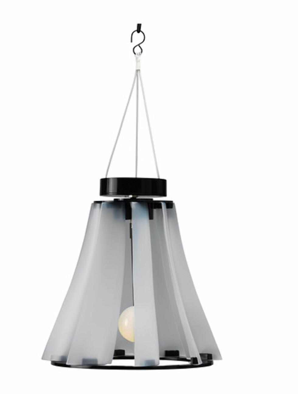 SOLVINDEN: Solcelle- og vinddrevet lampe (kr.249). Foto: Ikea