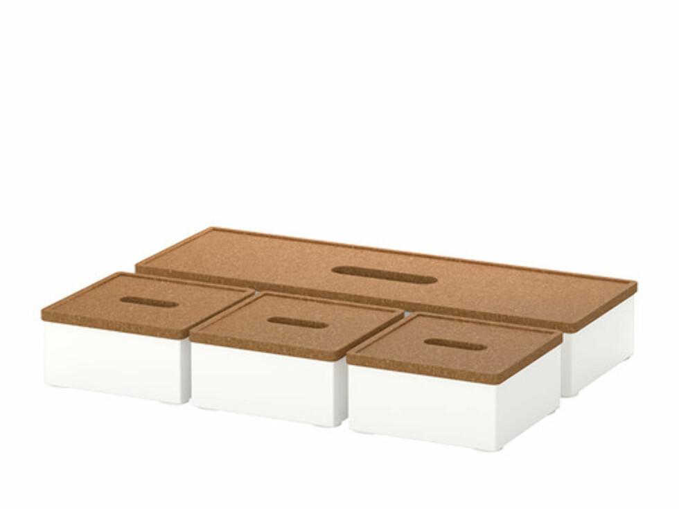KVISSLE: Oppbevaringsesker med korklokk (kr.99). Lokkene kan også brukes som bordbrikker til varme kaffe- og tekopper. Foto: Ikea