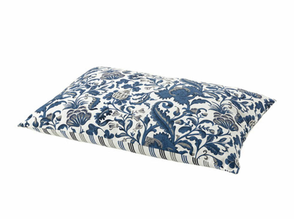 EMMIE: Pyntepute med to mønstre, slik at du kan vende den når du blir lei av den ene siden (kr.98). Foto: Ikea