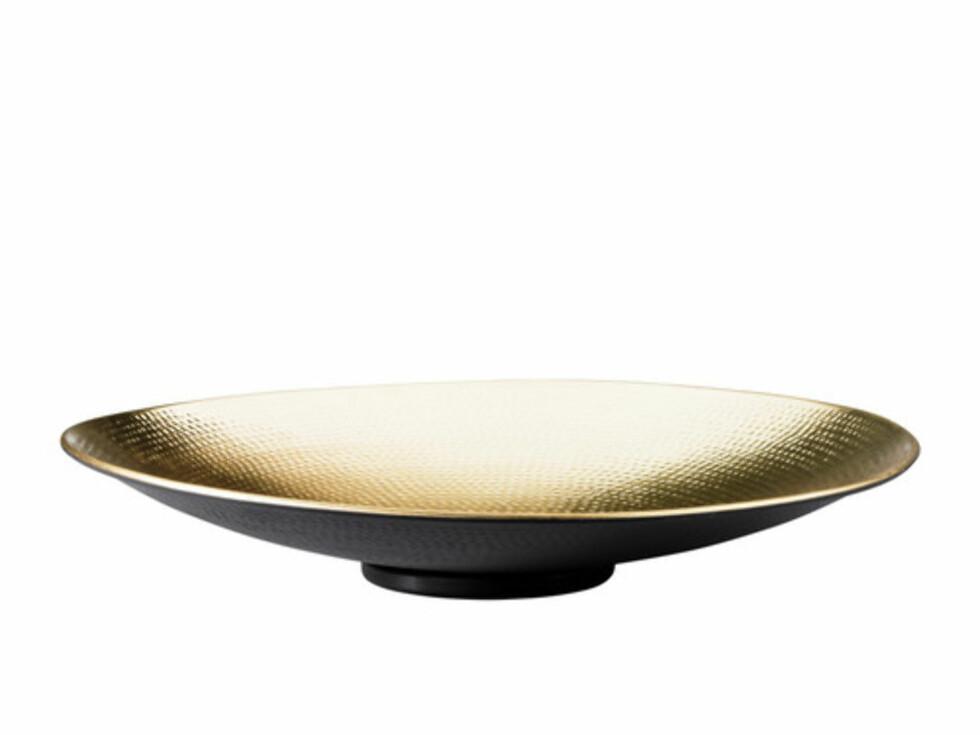 ANGENÄM: Lekkert fat i gull (kr.149). Foto: Ikea
