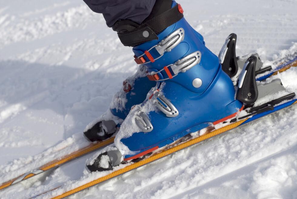 <strong>ETT PAR SOKKER:</strong> Ett par sokker holder i alpintstøvelen. Da blir det nok plass til at luften som varmes opp av foten kan sirkulere rundt inne i støvelen.  Foto: Thinkstock