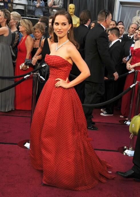 VAKKER: Portman kombinerte Dior-kjolen med en Charlotte Olympia box clutch og et V-formet Harry Winston diamantkjede. Foto: All Over Press