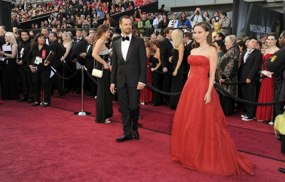 SOLGT: Dior-kjolen Natalie Portman bar under årets Oscar-utdeling ble onsdag solgt for 281.000 kroner. Her står hun på den røde løperen med forloveden Benjamin Millepied. Foto: All Over Press