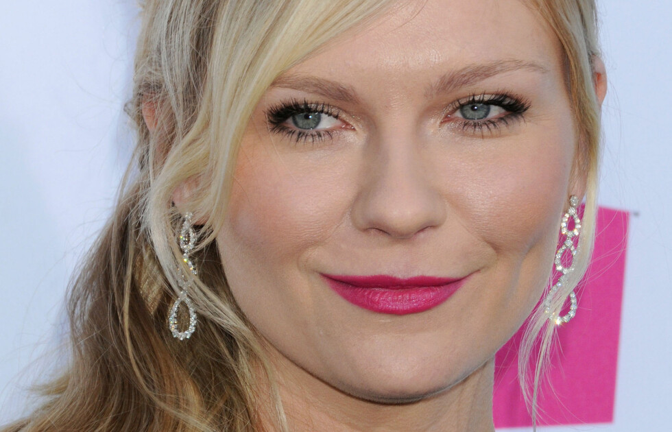 HOT PINK: Kirsten Dunst har funnet leppestiftfargen som får ansiktet hennes til å se alt annet enn vinterblast ut. Prøv selv for en umiddelbar sommerfølelse. Foto: All Over Press