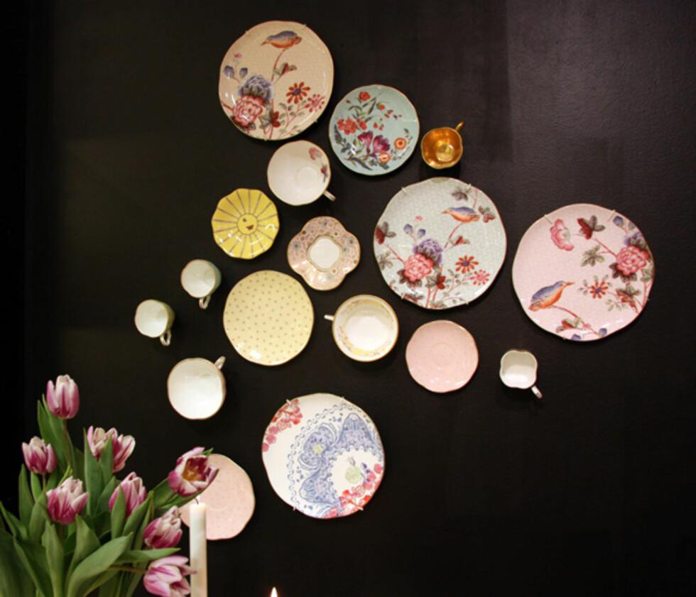DEKORATIV: Det romantiske retroservise er så dekorativt at du kan bruke det som pynt på veggen. Foto: Tone Ra Pedersen