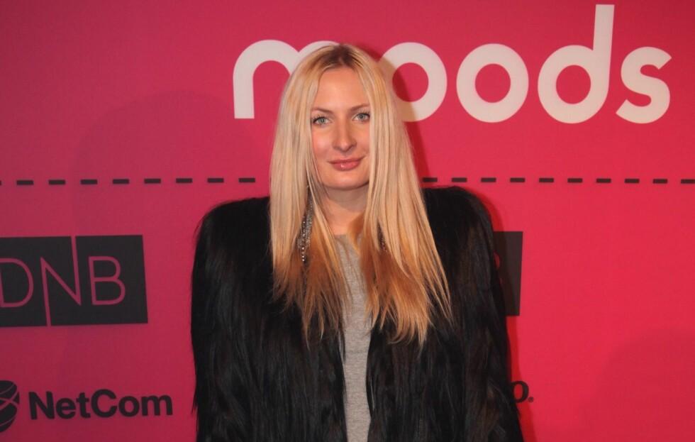 BLIR DETTE DEN NYE IT-JAKKA?: Bloggeren Eva Wigert Næss, ankom Moods of Norway-visningen iført en sort jakke, som ved første øyekast kunne se ut som en pelsjakke, men ved en nærmere forklaring kom det frem at dette var en jakke laget av ekte menneskehår.  Foto: Per Ervland