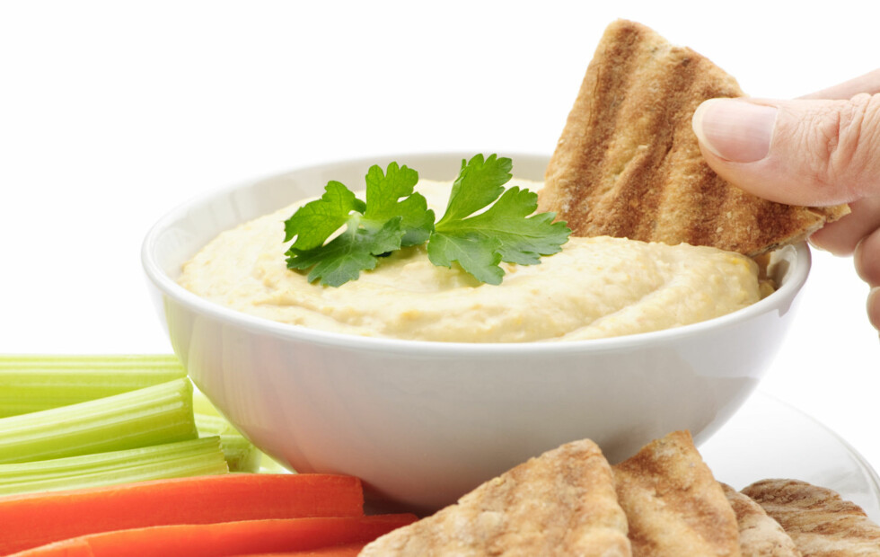 GODT OG SUNT: Hummus, som opprinnelig kommer fra Midtøsten, er både sunt og næringsrikt, og kan brukes som dip, salatdressing og pålegg.  Foto: Getty Images/iStockphoto