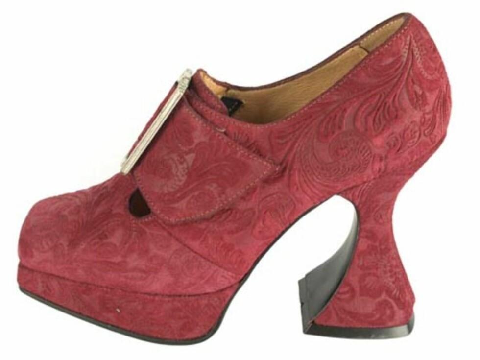 Barokkinspirerte sko med utside i mokka, og justerbar spenne. (Kr.1799/Brandos.no). Foto: Produsenten
