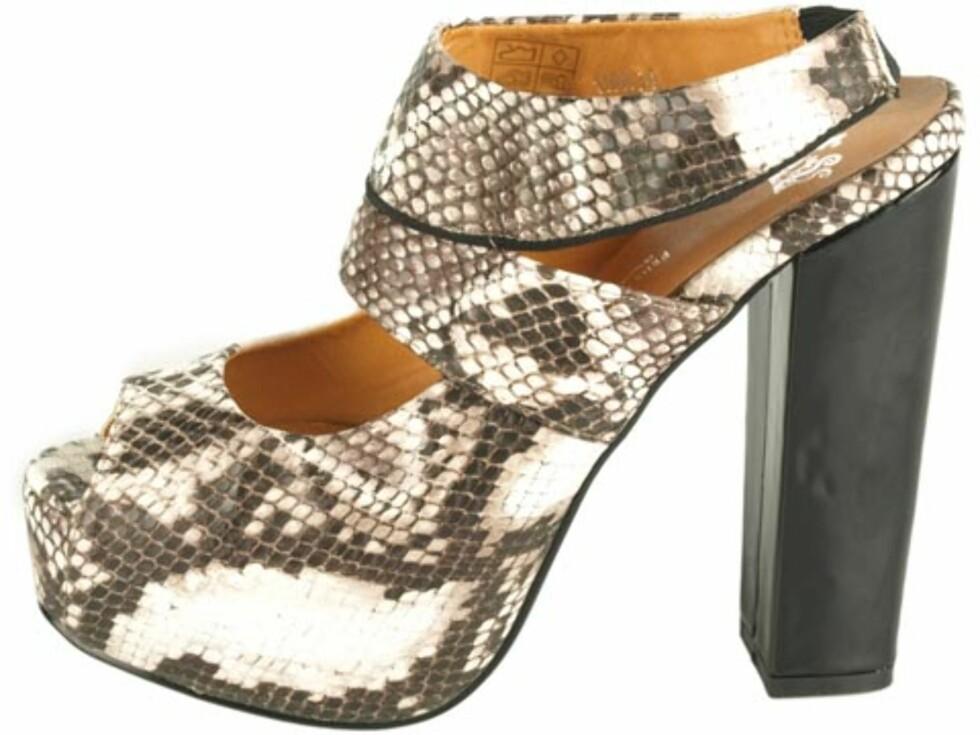 Sandaletter med slangeskinnsmønster, fra Friis & Comapny. (Før kr.699 nå kr.519/Brandos.no) Foto: Produsenten