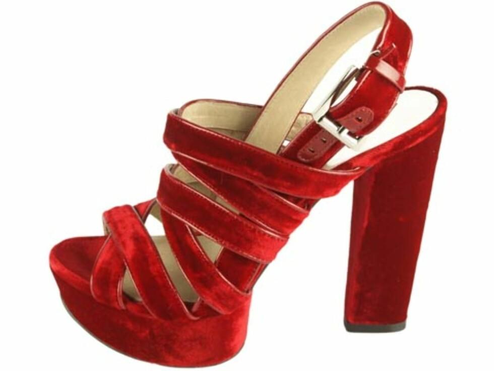 Rød sandalett i fløyel med platå, fra MICHAEL Michael Kors. (Før kr.1499 nå kr.1199/Brandos.no) Foto: Produsenten
