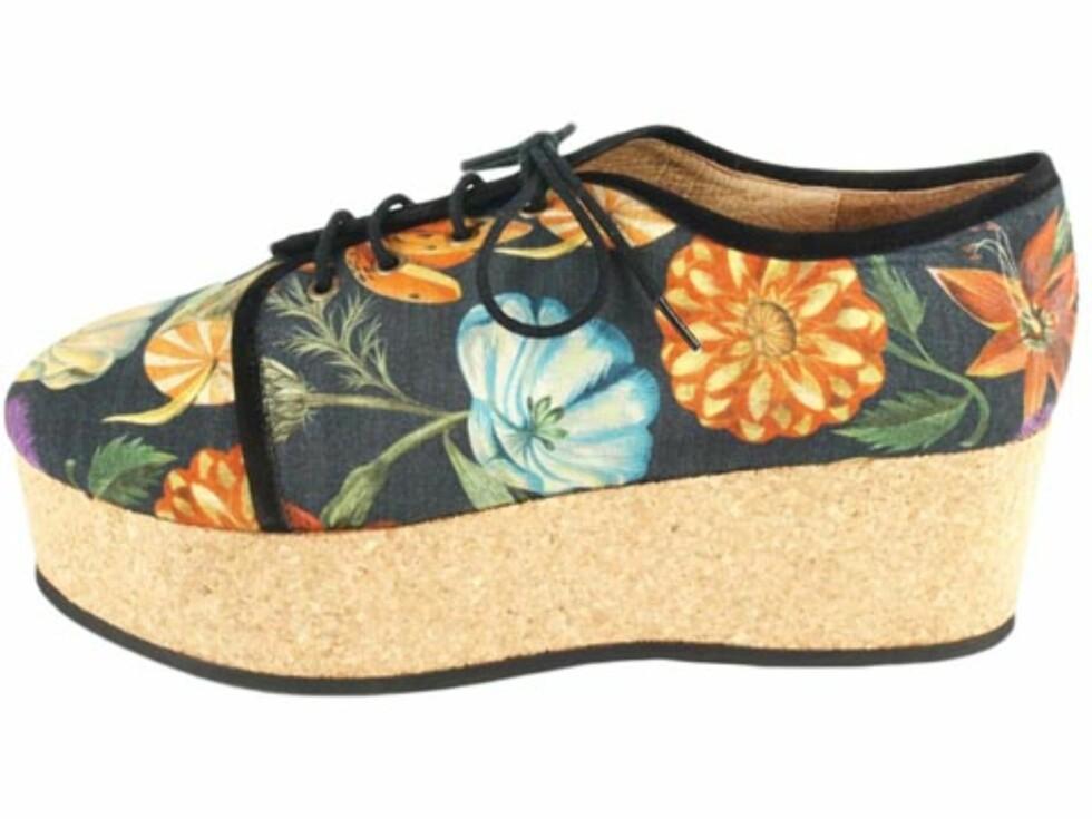 Platåsko i tekstil med blomstermotiv, fra Minimarket. (Kr.2099/Brandos.no) Foto: Produsenten
