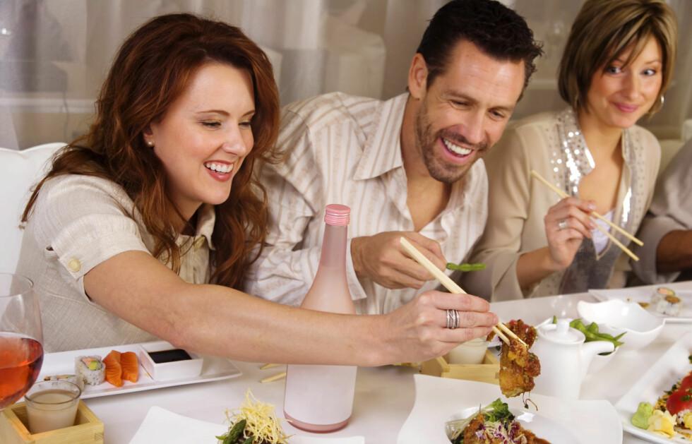 <strong>KOPIERER GJESTENE:</strong> Hvis gjestene dine forsyner seg grovt av maten og i tillegg spiser fort, vil sannsynligvis du også gjøre det.  Foto: Getty Images/iStockphoto