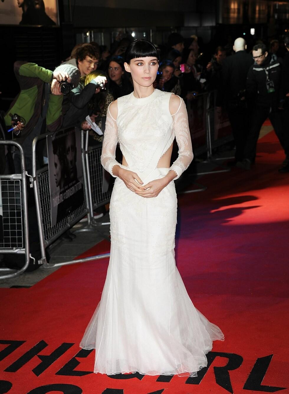 Rooney Mara på verdenspremieren av filmen The Girl ith the Dragon Tattoo, 12.desember i London. Her i den den lange, hvite chiffonkjolen fra Givenchy som vakte stor oppmerksomhet.  Foto: All Over Press