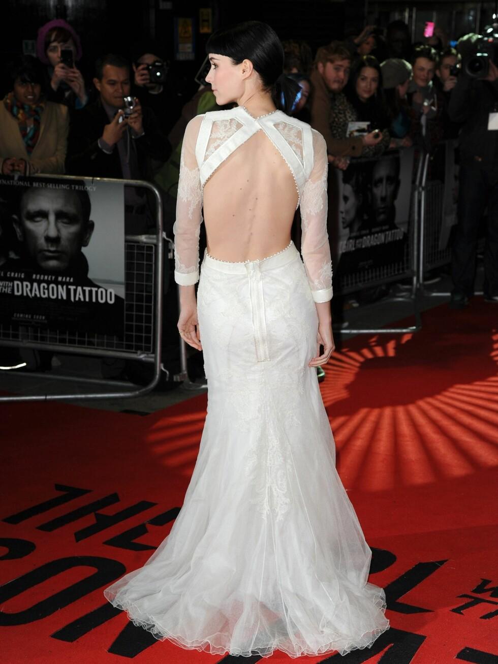 Den fotside kjolen har bar rygg slep i chiffon. Foto: All Over Press