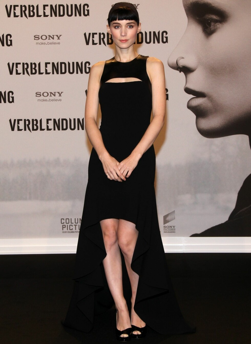 Under den tyske premieren i Berlin, iført en sort hockeykjole og sorte pumps med åpen tå. Foto: All Over Press