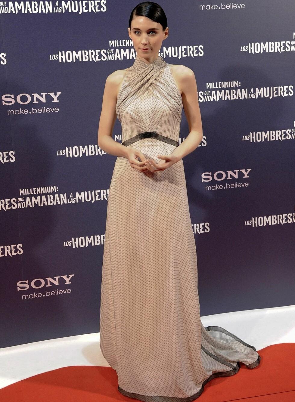 På premieren i Madrid valgte hun en dus, fotsid halterneckkjole med prikker og markert midje. Foto: All Over Press