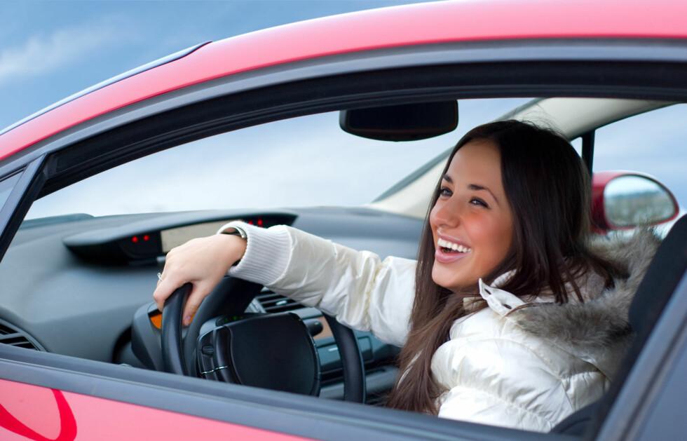 RIKTIG STILLING: Riktig sittestilling når du kjører bil er viktig - både for at du ikke skal få vondt i rygg og nakke, men også for å få god kjøreevne.  Foto: Getty Images/Zoonar RF