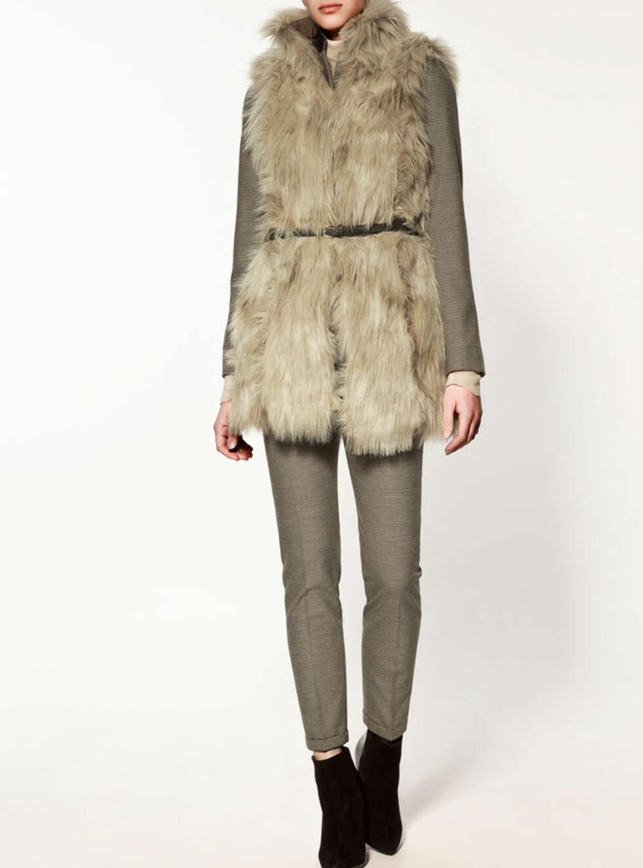 Stilig og stor fuskepelsvest med belte i livet. 399 kroner fra Zara.no.  Foto: Produsenten