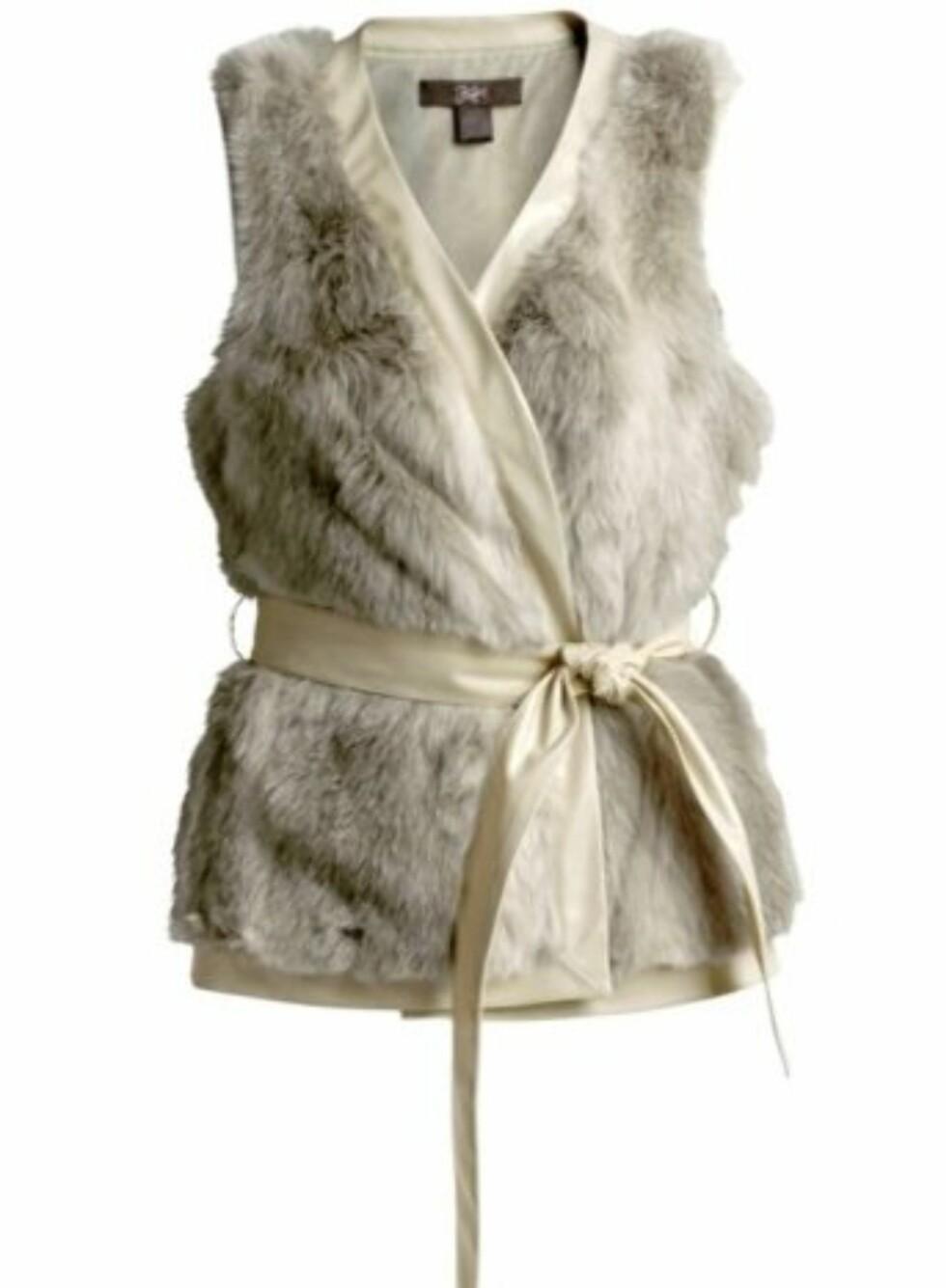 Lekker hvit fuskepelsvest med hvitt belte (i imitert skinn). 209 kroner fra Ellos.no.  Foto: Produsenten