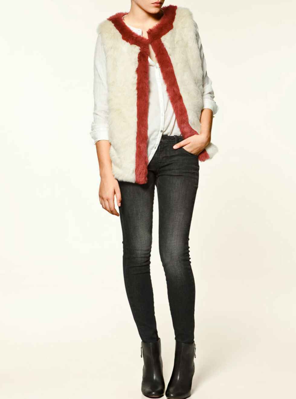 Stilig hvit og rød fuskepelsvest i mykt materiale. 299 kroner fra Zara.no.  Foto: Produsenten