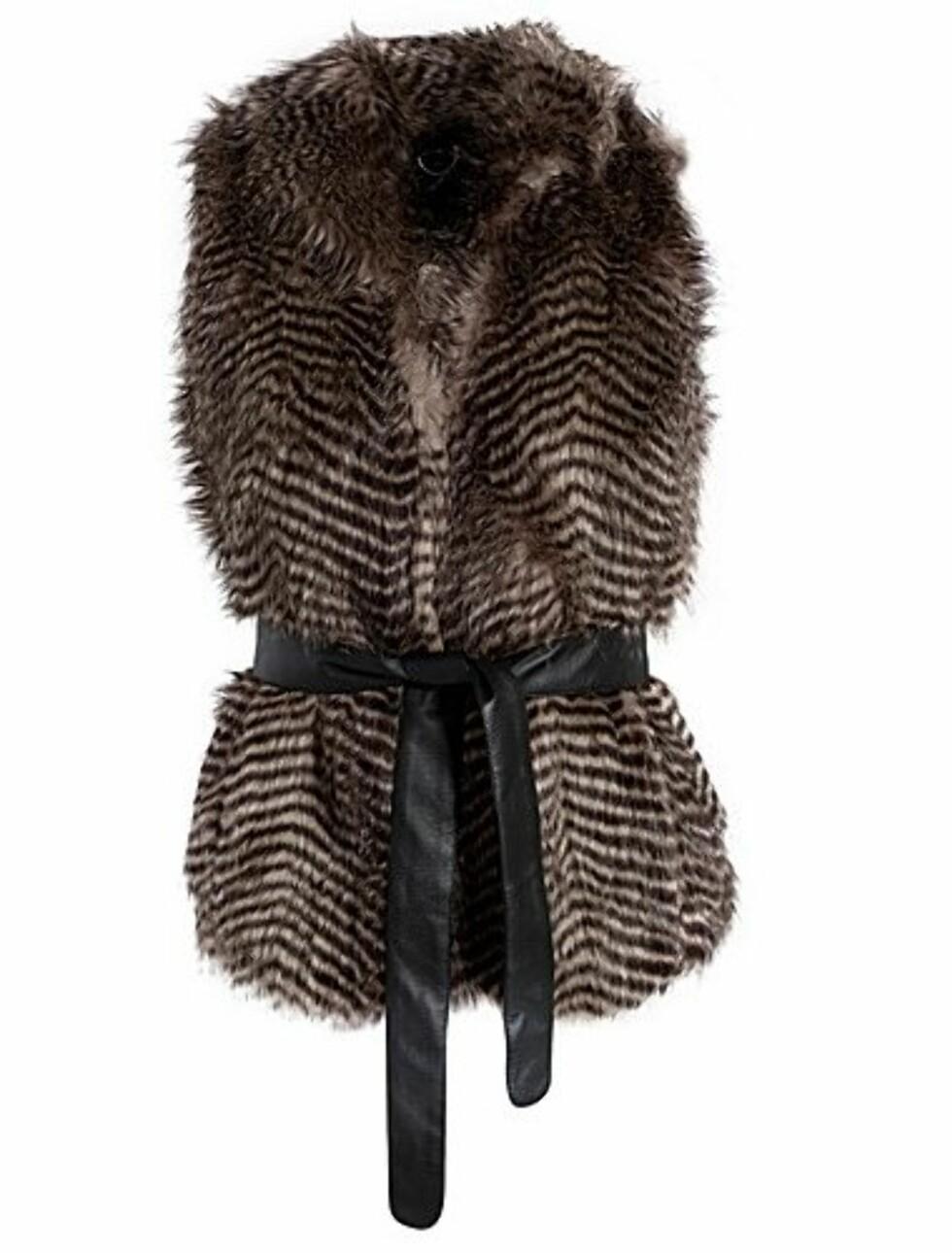 Lekker brun vest i imitert vaskebjørnskinn med belte i livet fra Modström. 649 kroner fra Nelly.com.  Foto: Produsenten