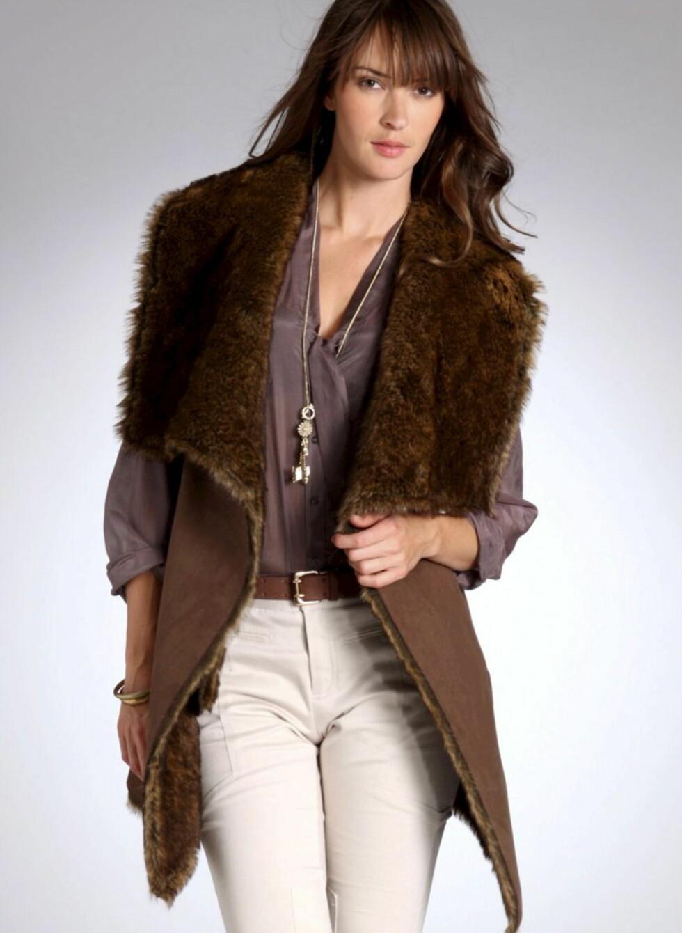 Oversized brun fuskepelsvest - perfekt med belte i livet. 799 kroner fra Laredoute.no.  Foto: Produsenten