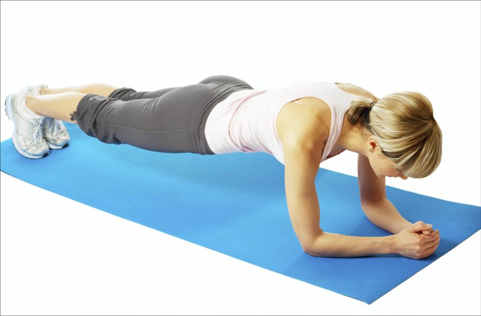 GOD ØVELSE: Planken er for eksempel en genial øvelse for å få styrket rygg, mage og kjernemuskulatur.  Foto: Thinkstock