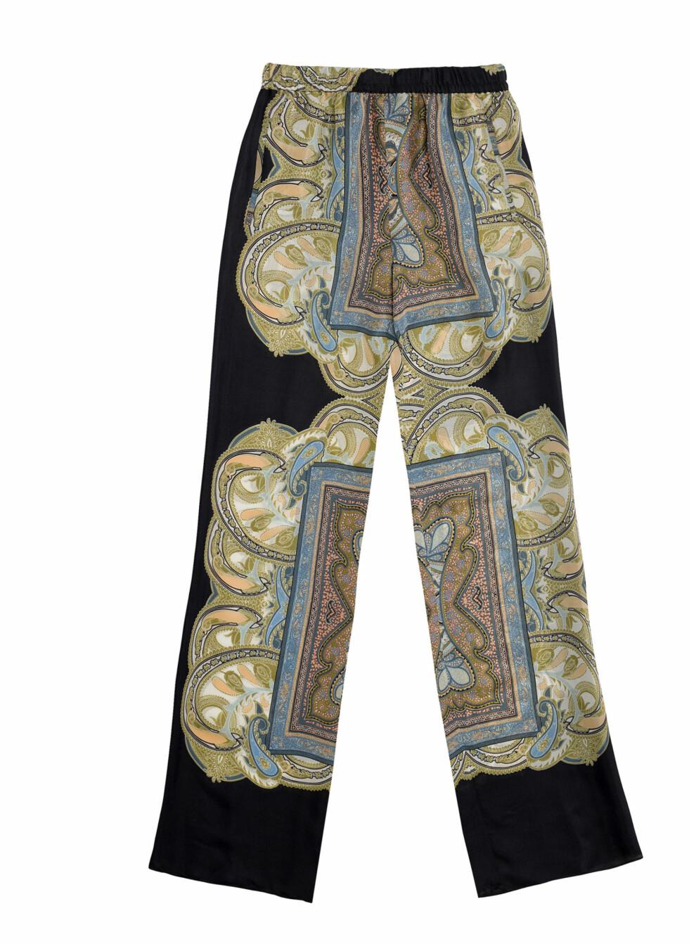 Vide, sorte bukser med silkeskjerf-trykk (Pris kommer).  Foto: Zara