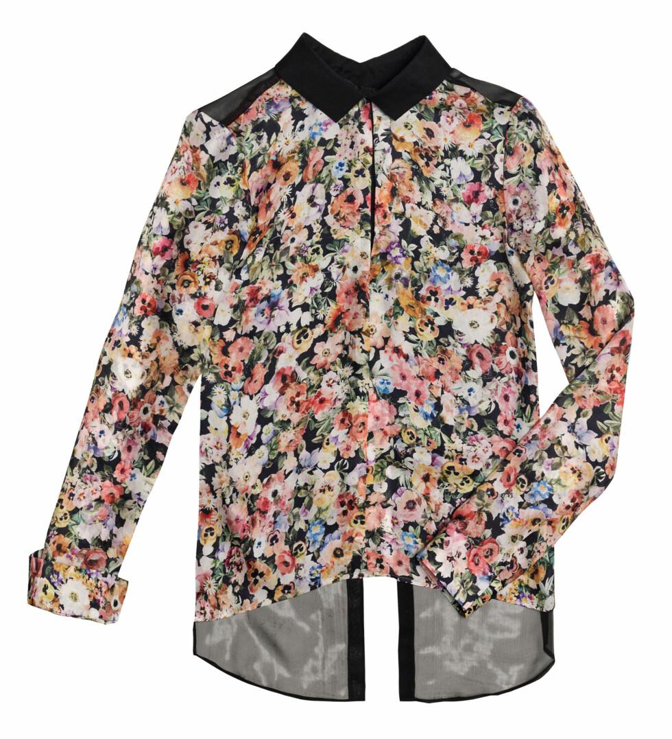 Bluse med blomsterprint og sort krage (Kr.559) Foto: Zara