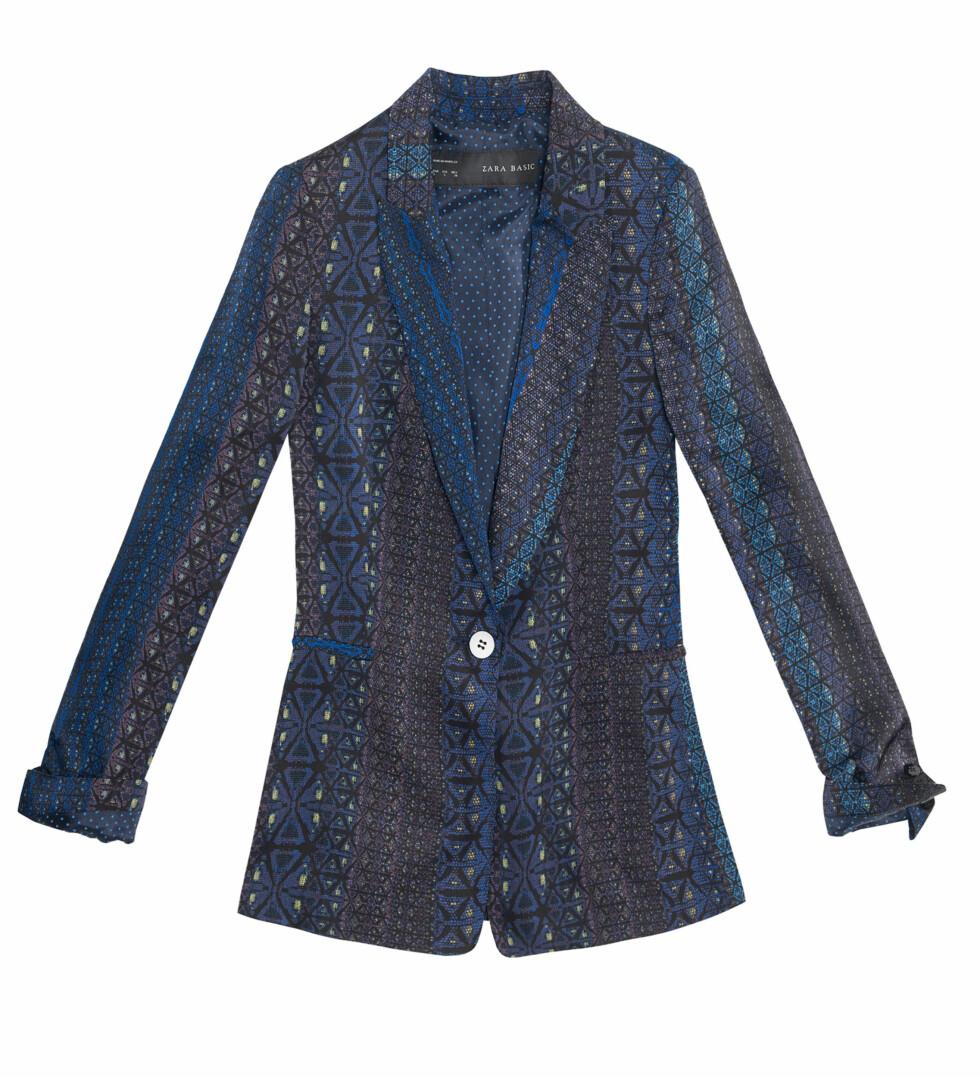 Blå, mønstret blazer (Pris kommer).  Foto: Zara