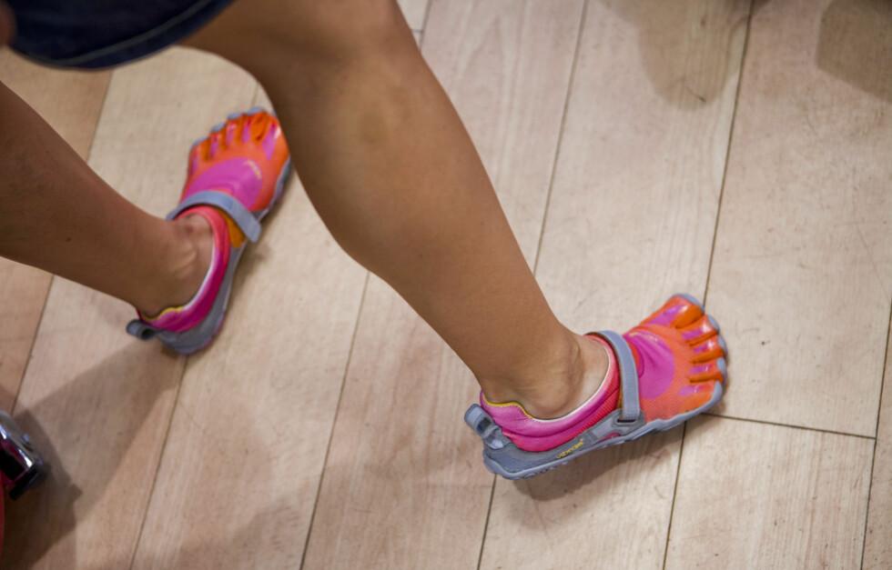 """GRADVIS TILVENNING: Siden føttene og muskulaturen vår er såpass vant til dempede og støttende sko, kan det fort bli en sjokkbelastning for føttene dersom du går over til såkalte """"barfotsko"""" uten gradvis tilvenning.  Foto: Per Ervland"""