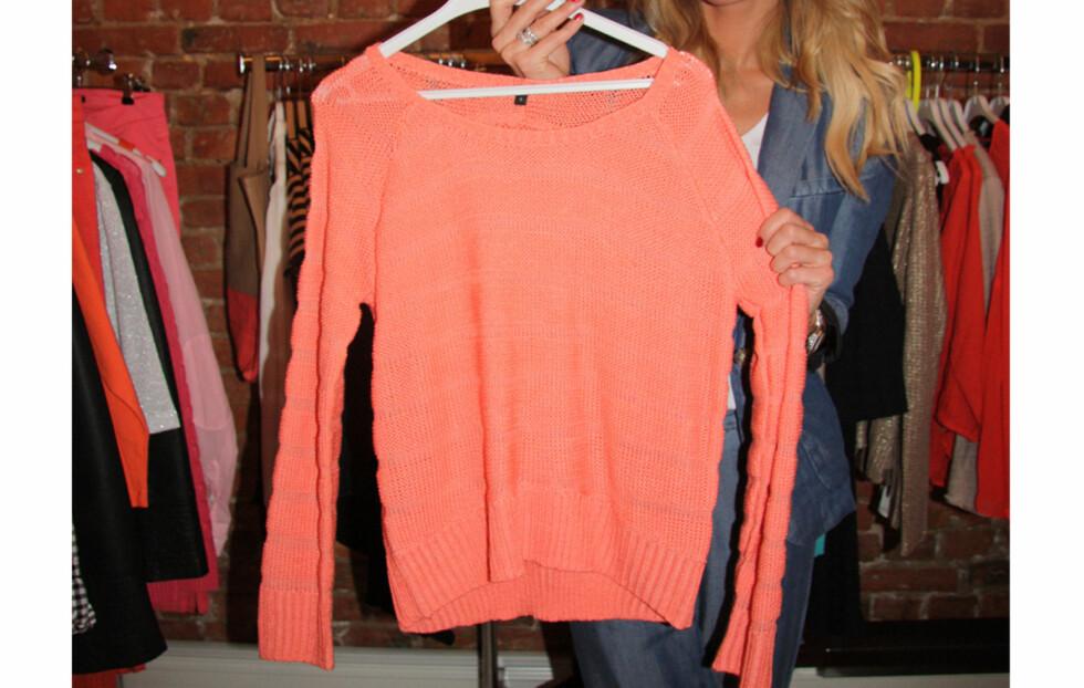 HOT FARGE: Den oransje-rosa sterke fargen vil være stor til neste år. Her viser Kathrine Sørland frem en av favorittene fra Lindex' vår/sommer-kolleksjon.  Foto: Adéle C. Blystad
