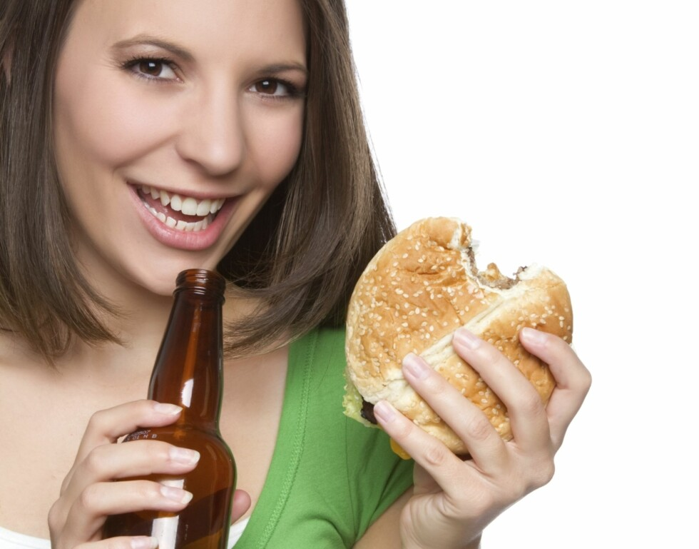 RUNDT KL 02.00: Begynner du å kjenne suget etter noe fett...mmm..burger! Foto: Thinkstock