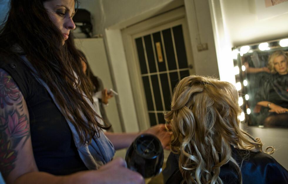 HUSK BESKYTTELSE: Enten du føner, krøller eller retter ut håret ditt, bør du alltid starte med varmebeskyttelse. Frisøren insisterer.  Foto: Per Ervland