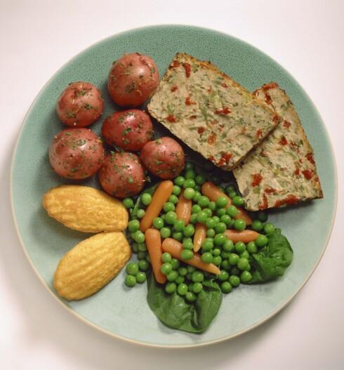 TALLERKENMODELLEN: For eksempel én fjerdedel poteter, én fjerdedel kjøttpudding og resten grønnsaker. Foto: Thinkstock
