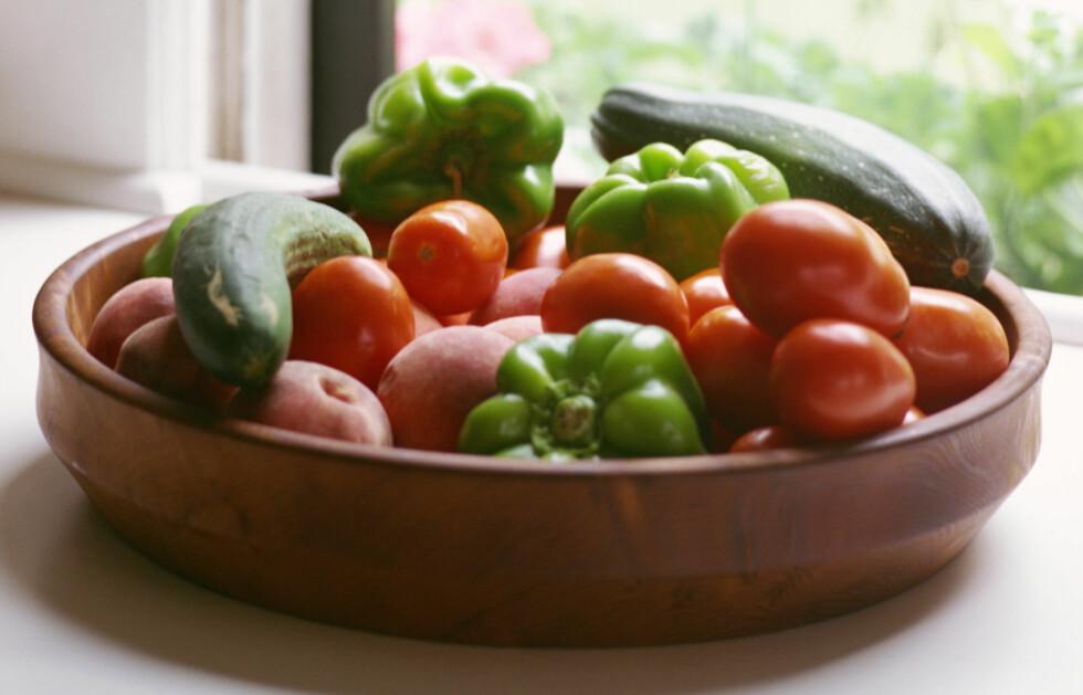 DÅRLIG NABO: Ligger tomaten nær andre grønnsaker som allerede er modne, bidrar den til at disse råtner.  Foto: Getty Images/Creatas RF