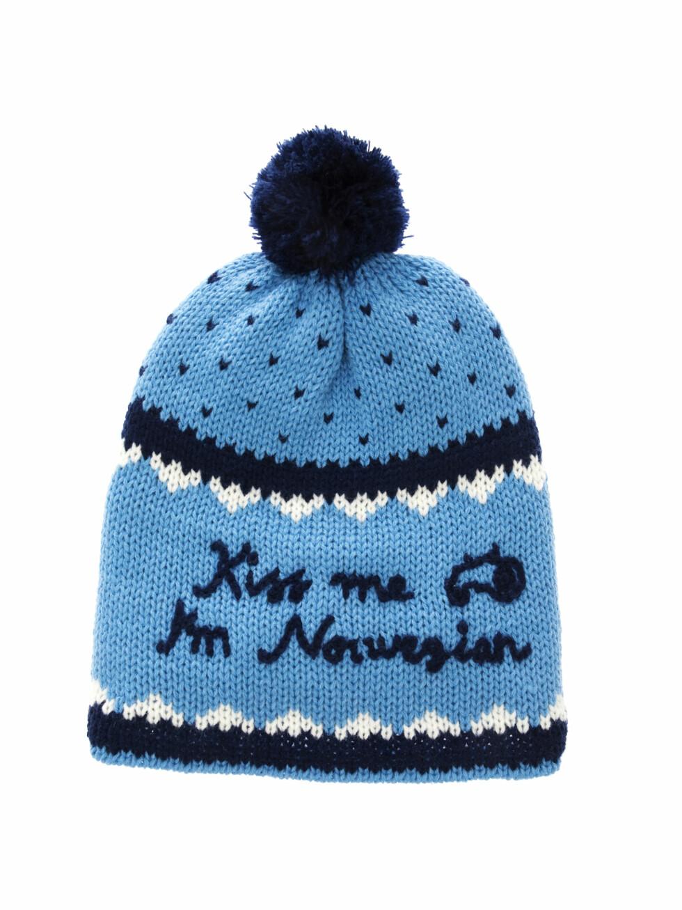 """Lue med dusk og """"Kiss me I'm Norwegian"""" - 399 kroner.  Foto: Produsenten"""