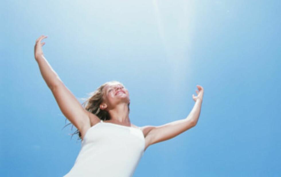 SOLLYS OG VITAMIN D: Menneskekroppen kan selv produsere vitamin D så fremt vi får nok sollys. Kroppen lager nemlig sitt eget vitamin D i huden, men denne prosessen er avhengig av ultrafiolett stråling.Får man ikke nok sollys er det derfor helt nødvendig med tilførsel av vitamin D gjennom kosten. Foto: Getty Images