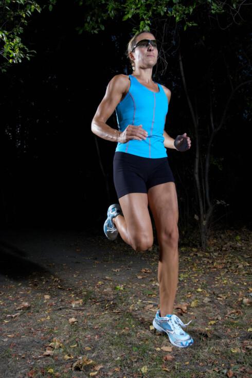 <strong>IKKE LØP ALENE:</strong> Et godt råd dersom du skal løpe på ettermiddagene nå fremover, er å løpe sammen med noen. Da er du tryggere, i tillegg til at du får større motivasjon til å trene.  Foto: Getty Images/Hemera