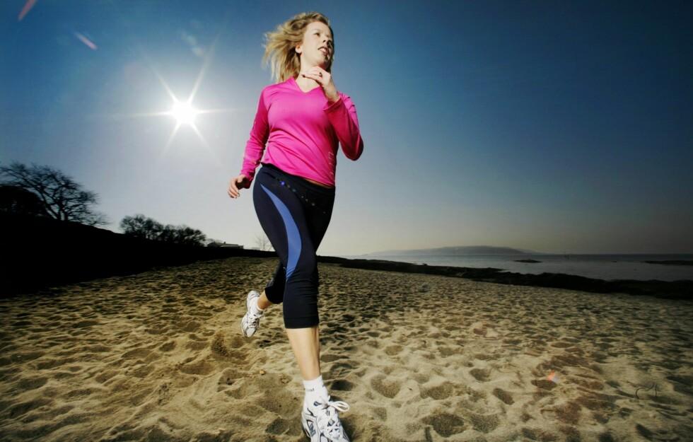 PÅ MED JOGGESKOENE: Jo mer du løper, jo mer usunn mat tåler du uten å legge på deg. Foto: Nina Ruud
