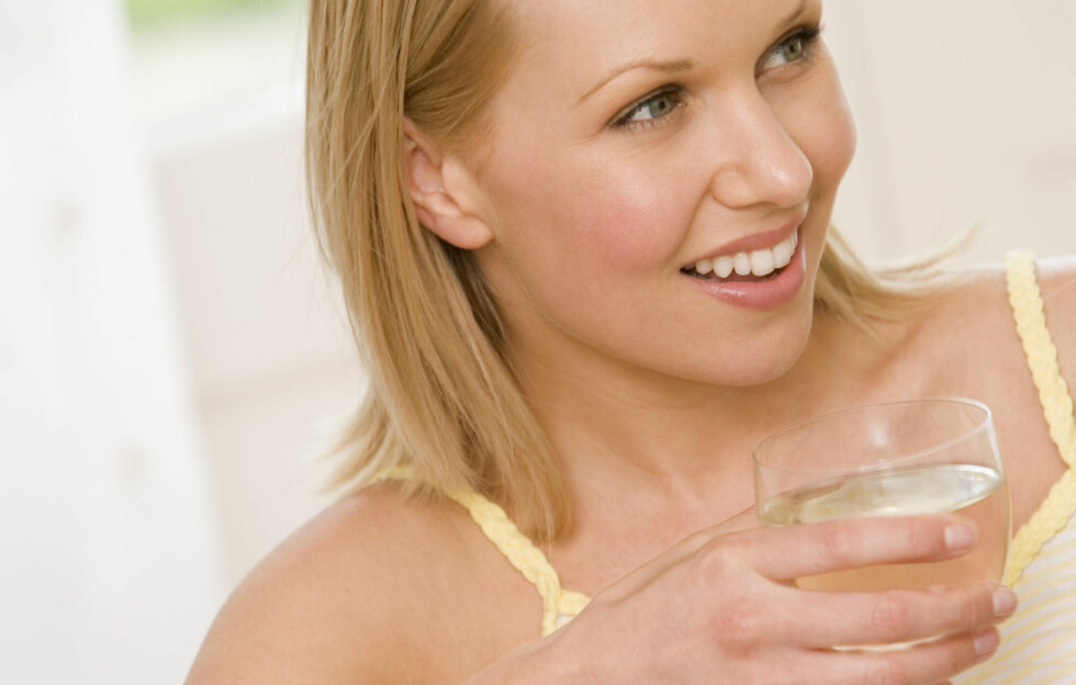 ETT GLASS: Ny forskning tyder på at ett glass alkoholholdig drikke om dagen kan være bra for hjertet.  Foto: Getty Images/BananaStock RF