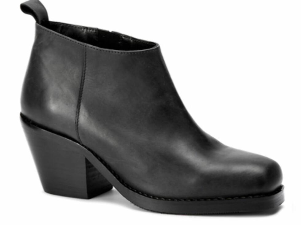 Enkel svart ankelstøvlett med solid såle og hæl. 1199 kroner fra dna-shoes.com. Foto: Produsenten